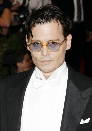 Johnny Depp looks disheveled and slurs his words at the Hollywood Film Awards