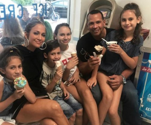 Alex Rodriguez, Jennifer Lopez treat their kids to ice cream
