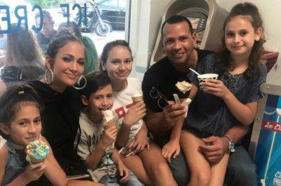 Alex Rodriguez, Jennifer Lopez treat their kids to ice cream