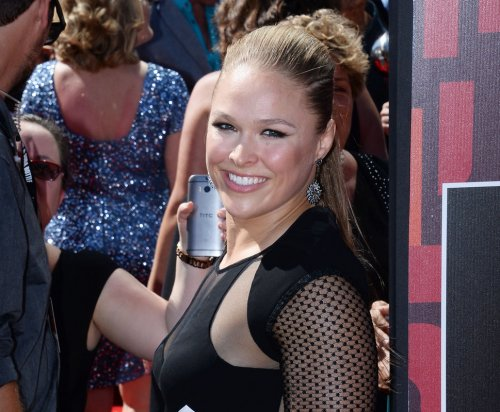 UFC: Derrick Lewis keeps flirting with Ronda Rousey after knocking out boyfriend