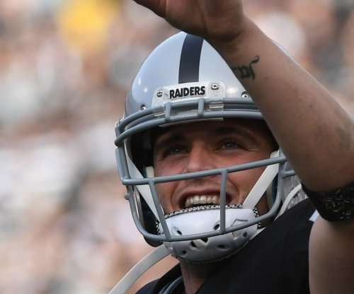 Even with glove, Oakland Raiders' Derek Carr had velvet touch