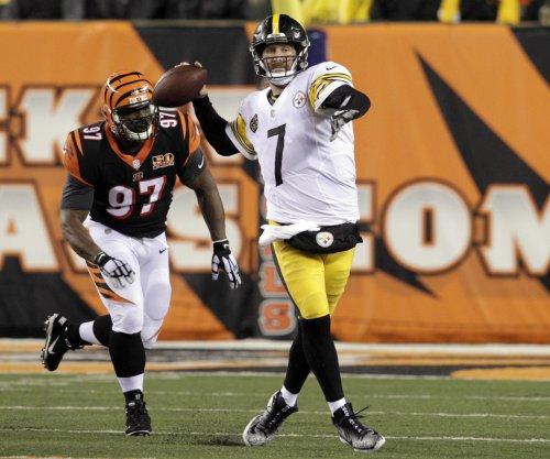 Steelers' Ben Roethlisberger helps rookie Mason Rudolph at OTAs