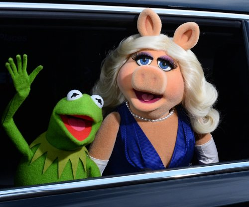 Miss Piggy does Rihanna in music video cover