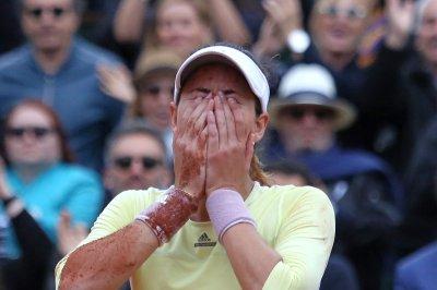 Defending champion Garbine Muguruza advances at French Open