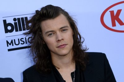 Harry Styles suffers major slip and fall during One Direction concert