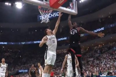 Toronto Raptors' Pascal Siakam jams on Milwaukee Bucks' Brook Lopez