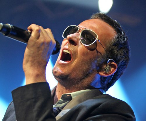 Scott Weiland, singer for Stone Temple Pilots, found dead