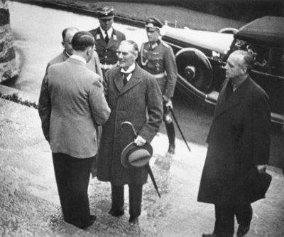 Chamberlain and Hitler announce Czech agreement