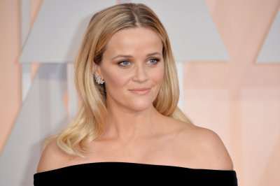 Reese Witherspoon champions #AskHerMore at the Oscars 2015