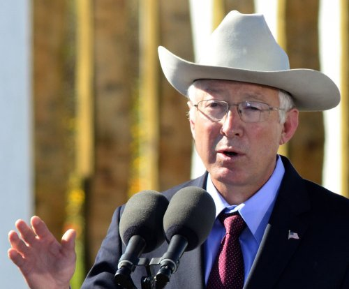 Hillary Clinton camp taps former Sen. Ken Salazar to lead transition team