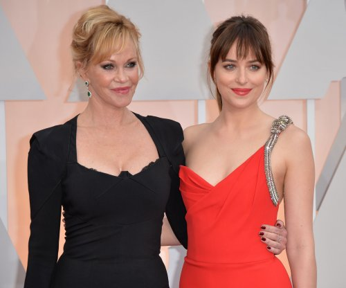 Dakota Johnson takes mom Melanie Griffith to 2015 Oscars