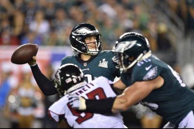 Eagles QB Foles struggles; Wentz injury report dim