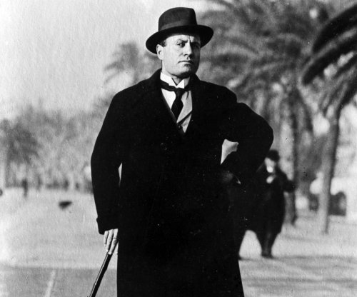 Mussolini arrives in Rome for conference with king