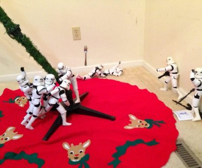 Series of photos shows 'Star Wars' toys construct Christmas tree