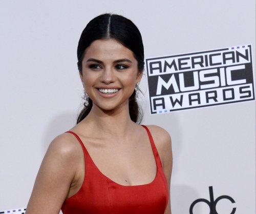 Selena Gomez gives emotional speech at 2016 AMAs: 'I was broken inside'