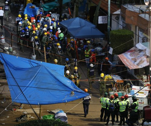 Mexico quake: Rescuers try to reach girl buried alive under school rubble