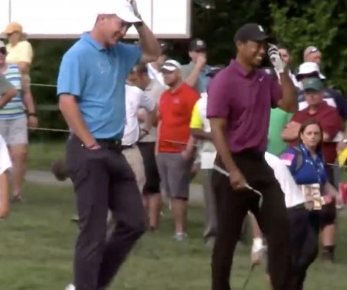 Tiger Woods golfs with Peyton Manning, chips in beauty