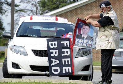 With verdict near, Manning supporters rally to his defense