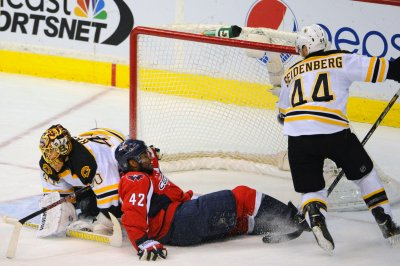 Bruins' Dennis Seidenberg injures knee, will miss rest of season