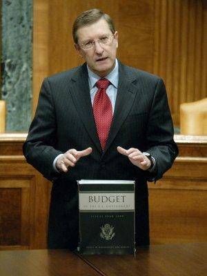 Senator denies asking for favors on loans