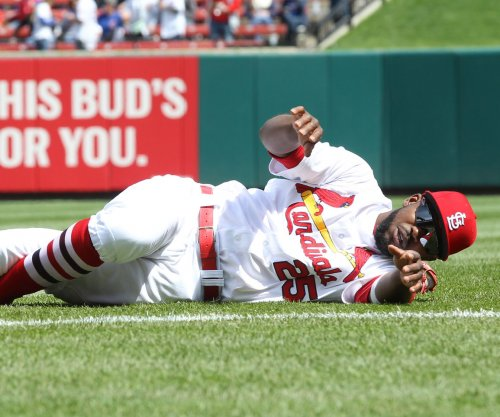 St. Louis Cardinals CF Dexter Fowler leaves game with shoulder injury