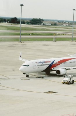 Aircraft debris found resembles Boeing 777, possibly MH370, source says