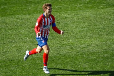 Antoine Griezmann freezes keeper with deep free kick