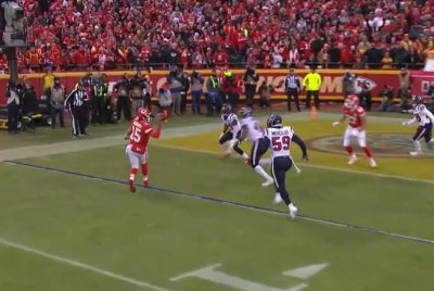Chiefs' Patrick Mahomes avoids penalty with toe drag, finds Travis Kelce for score
