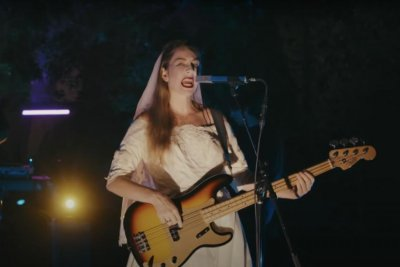 Haim recruits Robert Pattinson for 'Late Night' performance