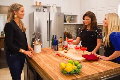 Tiffani Thiessen cooks for Elizabeth Berkley on 'Dinner at Tiffani's'