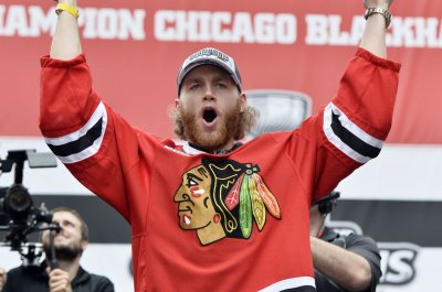 Patrick Kane reaches 100 points, Chicago Blackhawks beat Boston Bruins