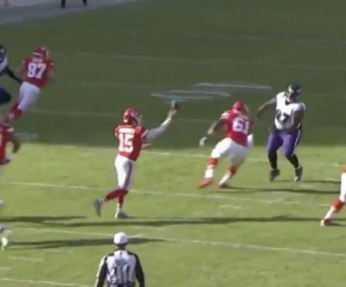 Chiefs' Patrick Mahomes completes no-look pass vs. Ravens