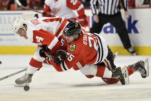 Blackhawks, Red Wings renew rivalry in Motown