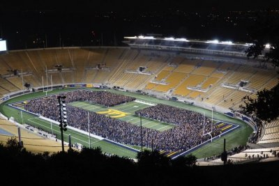 UC Berkeley sets world record by forming largest human letter