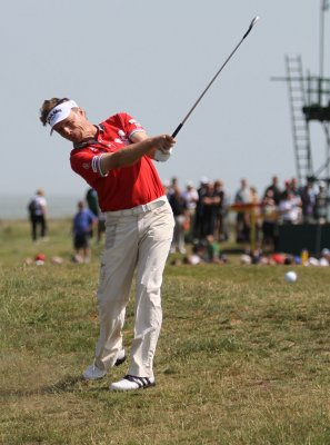 Langer leads on rainy Champions Tour