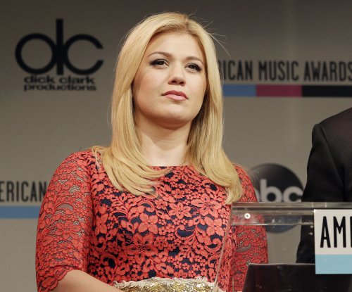 Pregnant Kelly Clarkson prompts twin rumors, reps deny