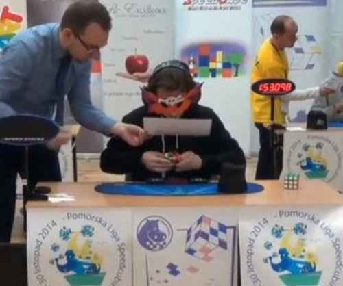 Blindfolded man solves Rubik's cube in 21 seconds