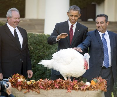 Obama serves Thanksgiving dinner to homeless, pardons turkeys
