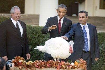 Obama serves Thanksgiving dinner to homeless, pardons turkeys