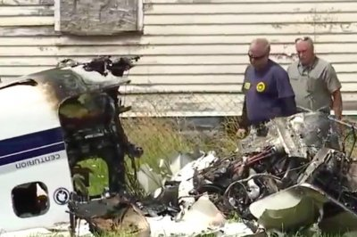 Texas couple dies, teen son survives Detroit plane crash