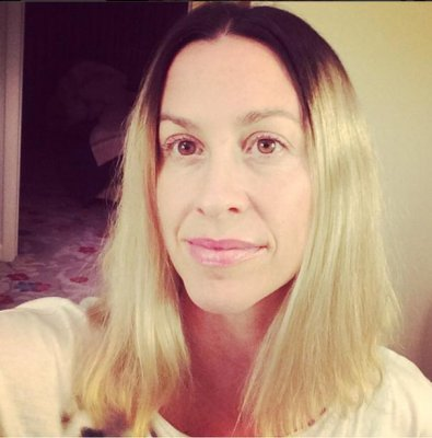Alanis Morisette debuts new blonde hair