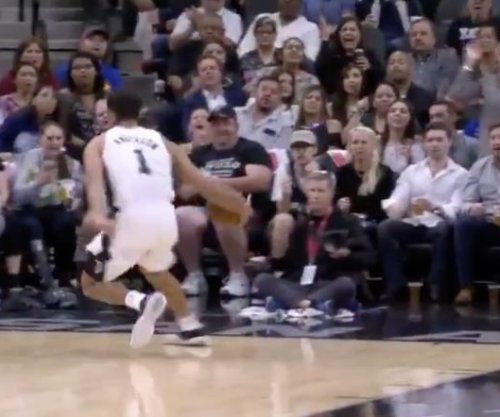 Spurs' Anderson tosses no-look alley-oop to Bertans