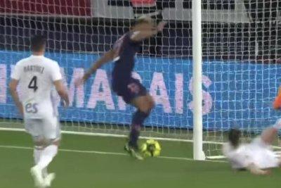 PSG's Eric Maxim Choupo-Moting misses point-blank range shot