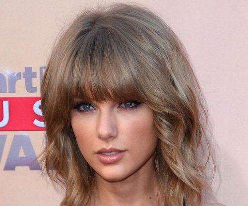Taylor Swift reveals mom Andrea Finlay has cancer