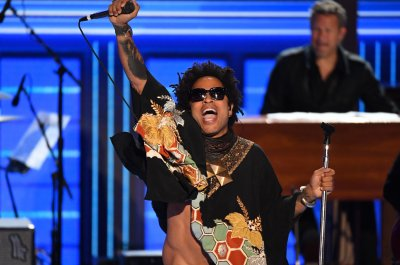 Lenny Kravitz rocks DNC with 'Let Love Rule' performance