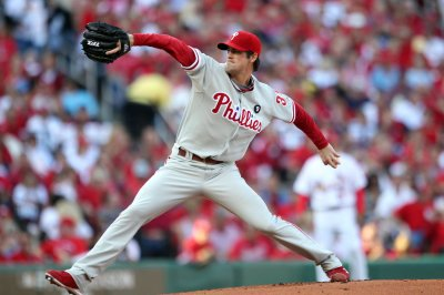 Phillies avoid arbitration with Hamels