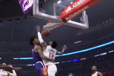 Kelly Oubre Jr., Paul George exchange poster-worthy dunks on each other