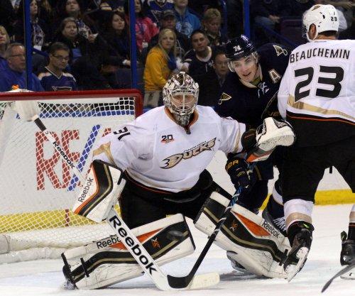 Anaheim Ducks hold off Boston Bruins