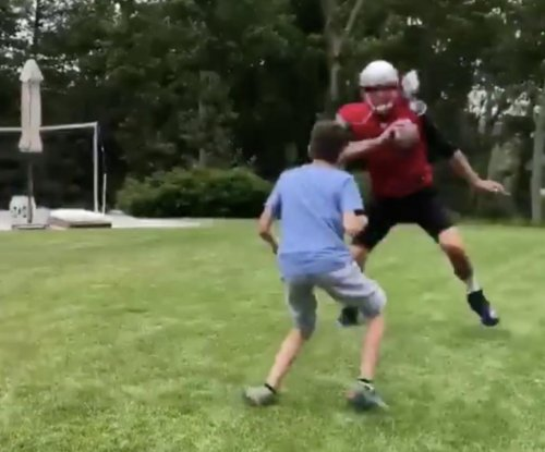Tom Brady shows no mercy, jukes out son in backyard football