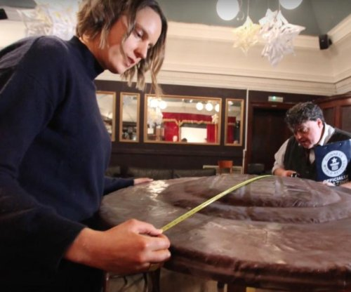 'Great British Bake Off' winner bakes world's largest Jaffa cake